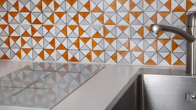 L'atout de ce studio ? Un carrelage aux motifs géométriques entièrement réalisé et peint à la main par l'usine Vietri en Italie, dont les coussins du coin nuit sont un discret rappel. Tonique et gai, ce décor apporte un supplément d'âme à ce petit espace conçu pour être extrêmement fonctionnel. Une cuisine compacte mais intégralement équipée permet de séparer l'espace de vie du coin-nuit, réalisé en alcove et abritant de nombreux rangements.
